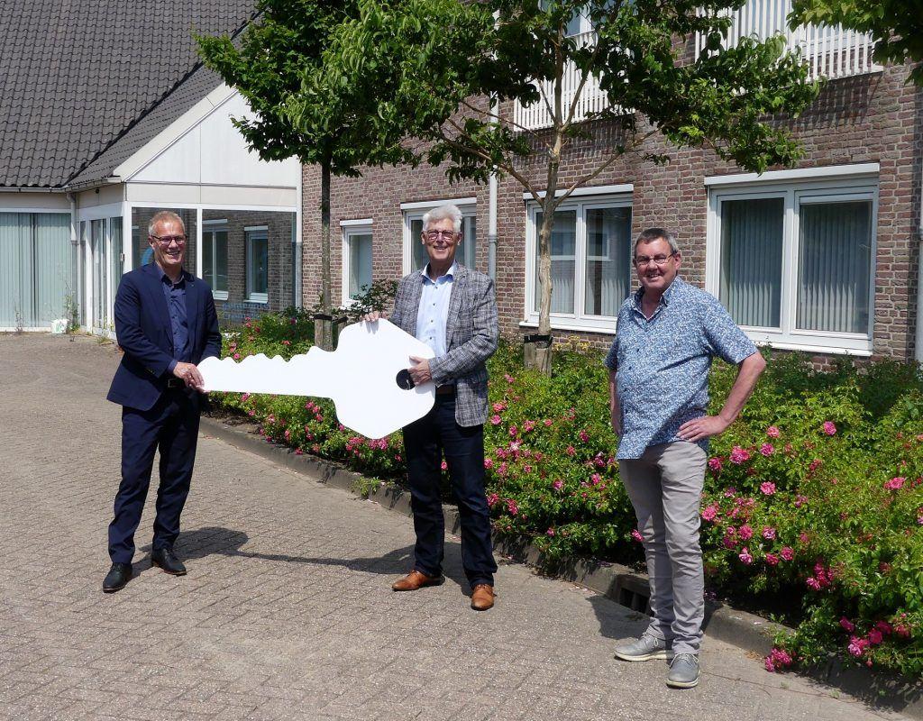 sleuteloverdracht gemeentehuis Numansdorp aan HW Wonen en Dorpshuisgroep